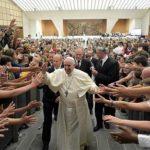 Papa exorta os jovens a mudar o mundo abrindo o coração aos outros